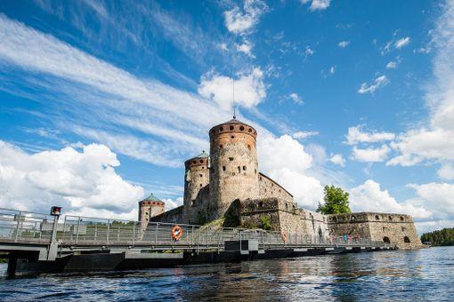 Olavinlinnaa on entisöity niin 1800-luvun loppupuolella kuin 1900-luvullakin. Sen perusteellinen korjaaminen tuli ajankohtaiseksi, kun linnassa riehui tulipalo 1870-luvulla. Sen jälkeen valtio alkoi hoitaa linnaa muinaismuistona.