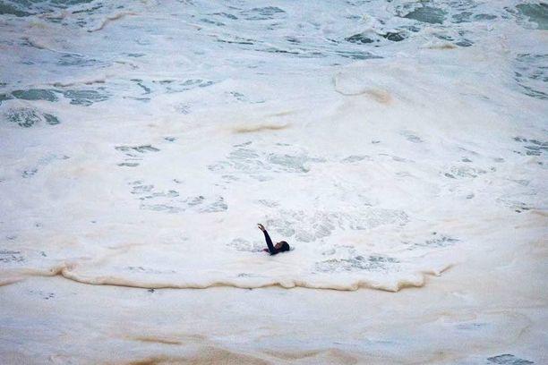 Burlen maannainen Maya Gabeira oli vähällä hukkua hurjaan aallokkoon.