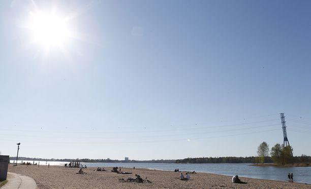 Aurinkoinen sää hellii suomalaisia lähipäivinä. Kuvituskuva.