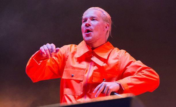 Rap-duo JVG päätti Himos Juhannus -festivaalien ensimmäisen illan vauhdikkaalla ja värikkäällä show'llaan.
