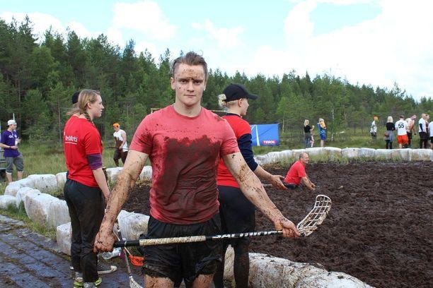 Jyri Lahtinen oli pelin jälkeen yltä päältä mudassa.