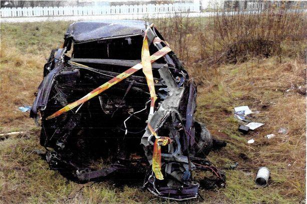 Teho-Volvon konehuone katosi törmäyksessä mäntyyn.