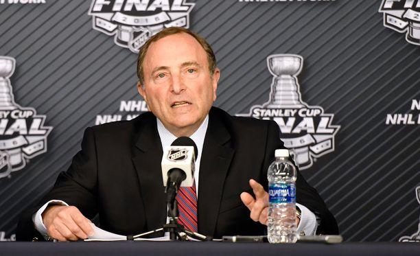 Gary Bettmanin mielestä aivotärähdykset eivät ole ongelma NHL:ssä.