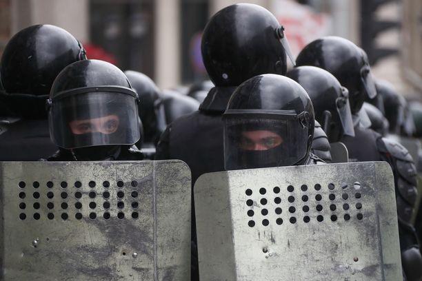 Mellakkapoliisit sulkivat sunnuntaina useita katuja Minskissä.