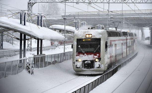 Helsingissä junaliikenteessä on häiriö Käpylässä itäisimmälle raiteelle räjäytystöiden yhteydessä singonneiden kivien takia.
