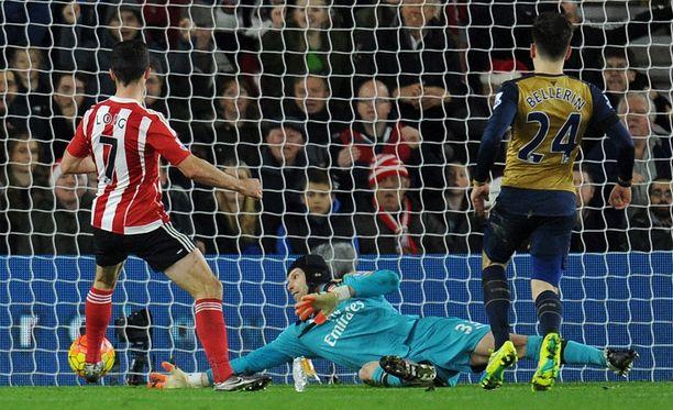 Shane Long (vas.) sijoittaa ratkaisevan 2-0-osuman Petr Cechin selän taakse.