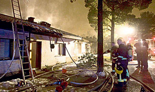Yksi asunnoista tuhoutui palossa täysin.