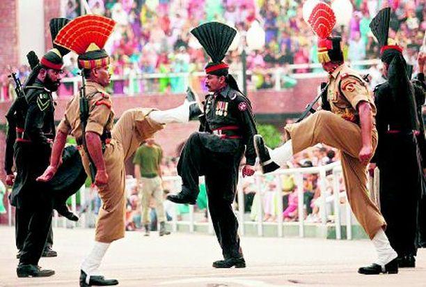 """JALALLA KOREASTI Intialaiset ja pakistanilaiset sotilaat havainnollistivat toisilleen yhteisellä raja-asemalla, kuinka kussakin maassa """"teit' isäin astutaan""""."""
