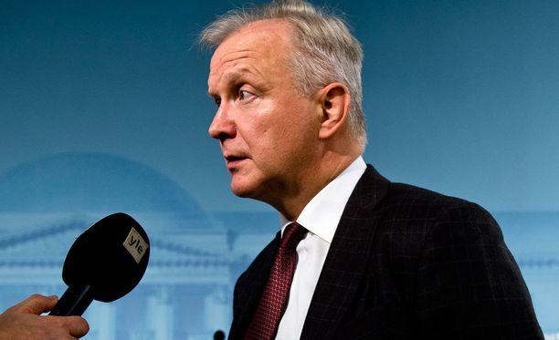 Elinkeinoministeri Olli Rehn (kesk) piti perjantaina tiedotustilaisuuden Terrafamen tilanteesta.
