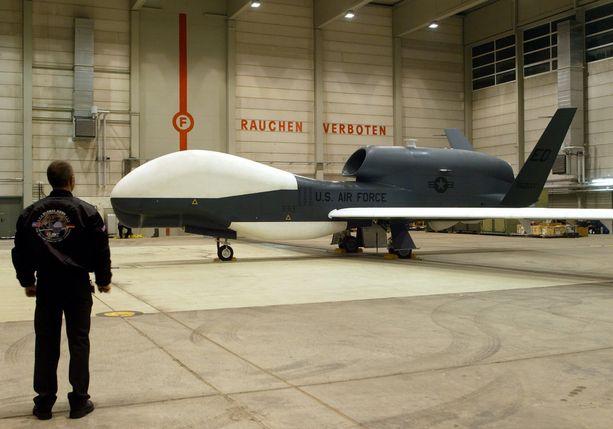 Iran väittää tuhonneensa kuvassa näkyvän kaltaisen RQ-4 Global Hawk -vakoilukoneen, joka voi lentää jopa 20 kilometrin korkeudessa.