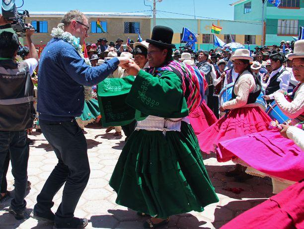 Hätäisimmät olivat laittamassa Sipilää vaihtoon, kun puolueen kannatus sukelsi 15,8 prosenttiin. Liekö Sipilä saanut Yleisradiosta hyviä uutisia Etelä-Amerikkaan, sillä niin vapautuneesti hän tanssi Andien kaunottarien kanssa. Keskustan kannatus on nyt peräti 17,4 prosenttia.