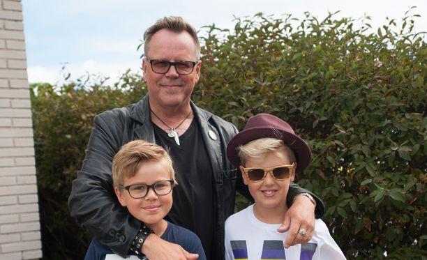 Neumann kertoo arvostavansa arkea poikiensa Miskan, 10, ja Noelin, 12, kanssa.
