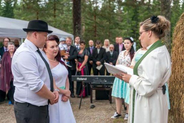 Sulhanen asteli papin eteen rennosti hattu päässään.
