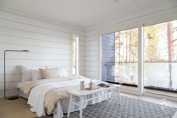 Tampereella Sääksjärven rannalla sijaitsee valoisa koti. Suurista ikkunoista tulee luonnonvaloa raikkaisiin huoneisiin.