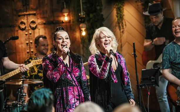 Erin ja Jonna esittivät Vain elämää -sarjassa JVG:n kappaleen.