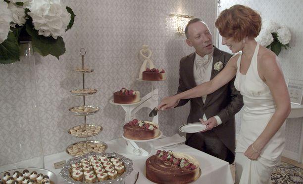 Mikan ja Heinin häissä maistellaan jälkiruokabuffetin sokerisia herkkuja.