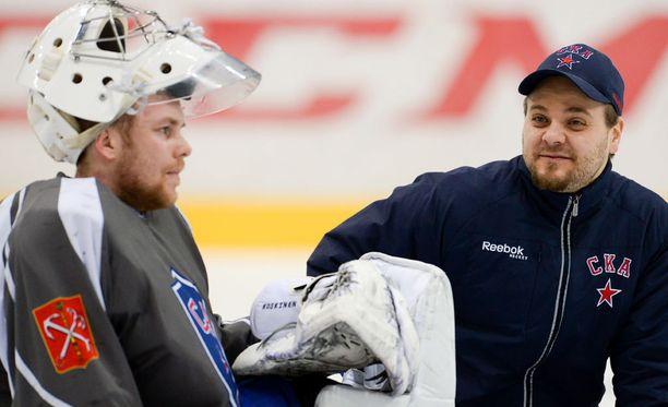 Marko Torenius valmentaa Mikko Koskista Pietarin SKA:ssa. Gagarin Cupin finaalit Kazania vastaan alkavat huomenna.