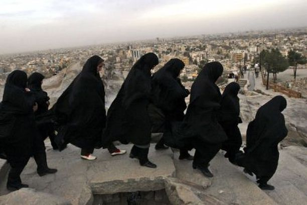 Iranilaisnaiset kävivät marraskuun lopussa tuntemattomien sotilaiden haudoilla Mashadissa.
