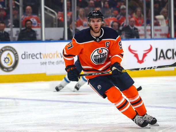 Edmonton Oilersin kapteenin Connor McDavidin tulokaskortti myytiin huutokaupassa yli 120000 eurolla.