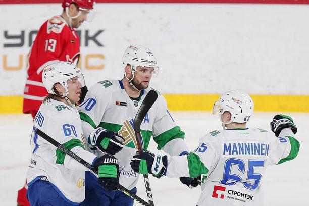 Teemu Hartikainen (keskellä) onnistui ensimmäisenä suomalaispelaajana iskemään 24 maalia yhden kauden aikana KHL:ssä.