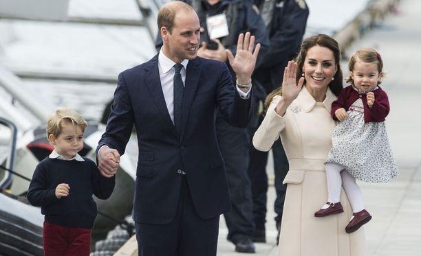 Prinssi George ja prinsessa Charlotte pääsevät koristelemaan kuningattaren joulukuusen.