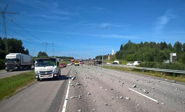 Tielle levinneen kivimurskeen raivaus haittaa liikennettä.