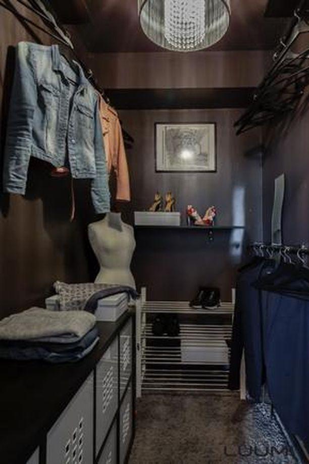 Vaatehuone antaa asunnossa säilytystilaa.