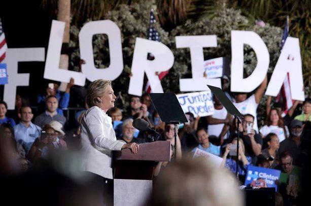 Florida voi jälleen toimia ratkaisijana. Vuonna 2000 George W. Bush voitti Floridassa Al Goren vain reilun 500 äänen turvin ja vei vaalit. Kuva Clintonin kampanjatilaisuudesta tiistailta.