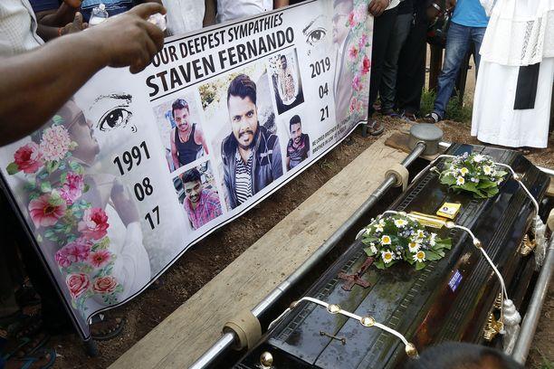 Sukulaiset ja ystävät kokoontuivat terrori-iskujen uhrien hautajaisiin Colombossa.