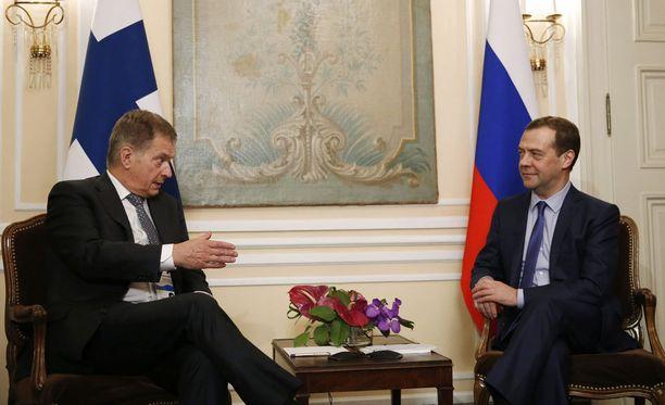 Sauli Niinistö tapasi Venäjän pääministeri Dmitri Medvedevin perjantaina Münchenissä. Keskusteluissa nousi esille turvapaikkatilanne itärajalla.