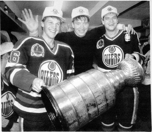 Oilersin suomalaiskolmikko Reijo Ruotsalainen, Jari Kurri ja Esa Tikkanen juhlivat Stanley Cupia keväällä.