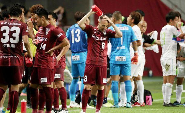 FC Barcelonasta tuttu Andres Iniesta tuntuu olevan suosittu pelaaja uudessa japanilaisjoukkueessaan.