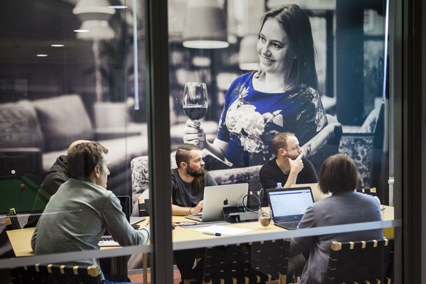 Gofore on pidetty työpaikka. Neuvotteluhuoneet on tapetoitu työntekijöiden kuvilla.