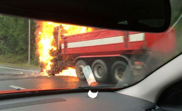 Kuorma-auto syttyi tuleen Kehä III:lla Vantaalla Ikean kohdalla.