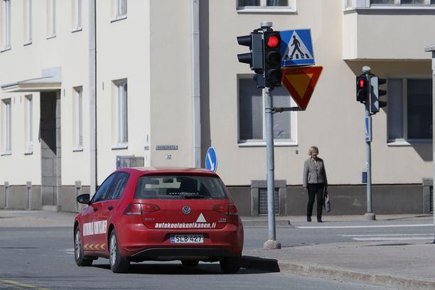 Eniten ajokieltoja on määrätty Helsinkiin. Kuvassa näkyvä autokoulun auto ei liity tapaukseen. Kuvituskuva