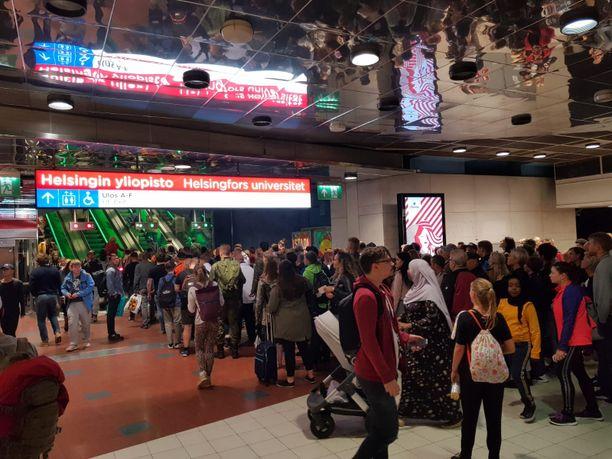 Ihmiset joutuivat suunnistamaan ulos metrosta kesken matkanteon, kun metro ei jatkanutkaan Rautatientorille, vaan päätepysäkki oli vesivahingon takia Helsingin yliopisto.