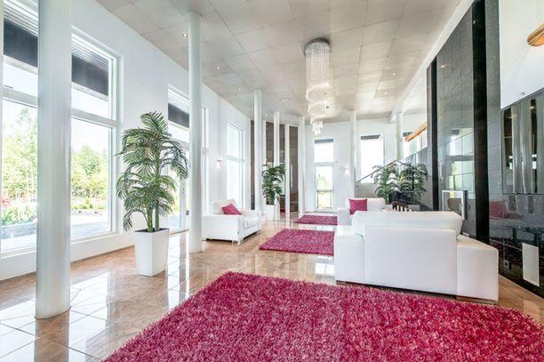 Talon sisustuksessa on käytetty laadukkaita materiaaleja. Esimerkiksi lattiat ovat pääosin marmoria ja keittiön työtasot mustaa graniittia.
