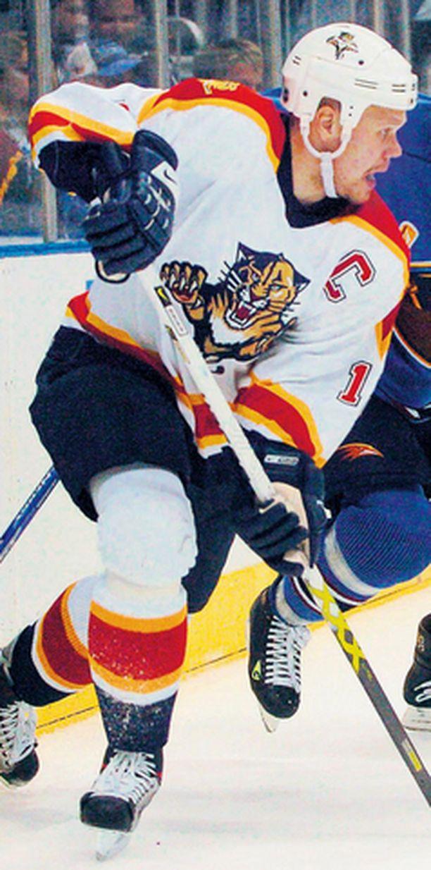 Olli Jokinen tehtaili NHL-uransa toisen kypärätempun.