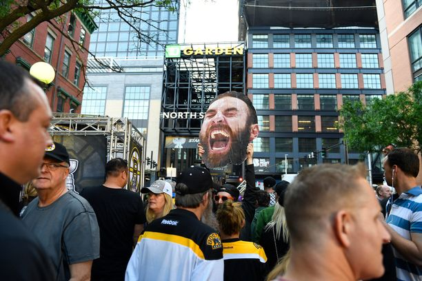 Faneja lipumassa kohti TD Gardenia ennen ottelua. Mukana oli myös pahvinen Zdeno Chara.