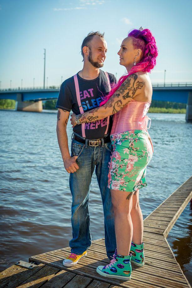 Morsiamen vartaloa koristavat useat tatuoinnit, muun muassa iso sexy bitch -teksti. Häiden alla molemmat ottavat yhteisen rakkaustatuoinnin.