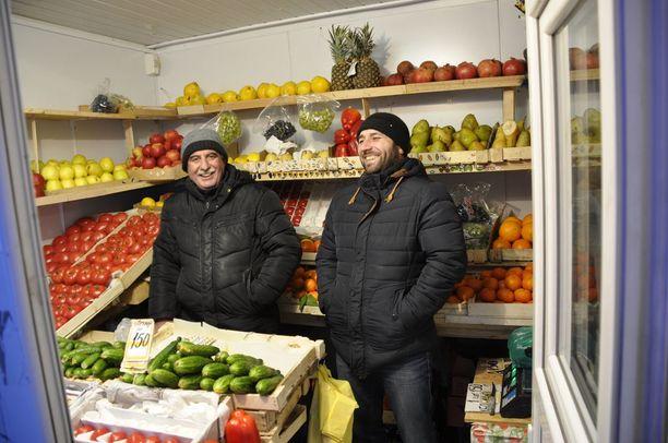 Ali Merik (vasemmalla) ja Emiki Eliki aikovat äänestää sunnuntaina ja ehdottomasti Putinia.