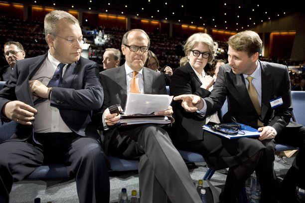 Risto Siilasmaa (oik.) moittii Nokian johtamiskulttuuria ajalta, jolloin Jorma Ollila (toinen vasemmalta) oli hallituksen puheenjohtajana. Kuvassa myös Stephen Elop ja Marjorie Scardino Nokian ylimääräisessä yhtiökokouksessa vuonna 2012.