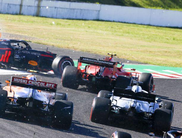 Charles Leclerc (taaempi Ferrari) aiheutti kolarin Suzukan radan toisessa mutkassa ja pilasi radalta ulos suistuneen Red Bullin Max Verstappenin kilpailun.