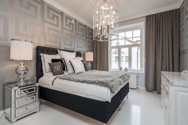 Kotoa vai hotellista? Ylelliset materiaalit, tarkkaan harkitut sävyt ja metallinhohto tuovat tähän makuuhuoneeseen hotellimaisen tunnelman. Huomaa, että tyynyjä ei voi koskaan olla liikaa!