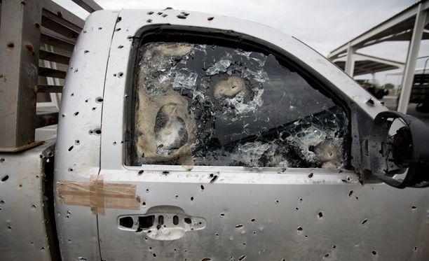 Murhat ovat Meksikossa jokapäiväisiä. Tämä luotisateessa käynyt ajoneuvo seisoo armeijan tukikohdassa Ciudad Mierissa.