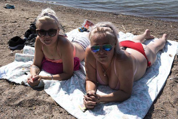 Espoolainen Nenna Matson ja helsinkiläinen Jaana Matson uskaltautuivat uimaan Kasinonpuiston rannalla, koska vesi näytti levättömältä.