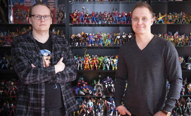 Arto Paappasella (vas.) ja Risto Hemmingillä on Suomen mittakaavassa suuret lelukokoelmat. Kuvassa miehet ovat Paappasen kotona.