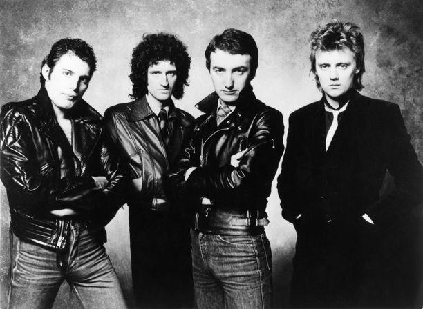 Queenin Freddie Mercury, Brian May, Robert Taylor ja John Deacon 1980-luvun yhteiskuvassa.