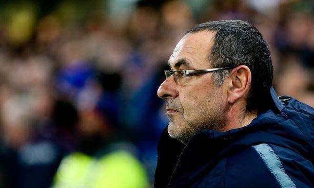 Chelsean managerin Maurizio Sarrin urakka lontoolaisseuran peräsimessä vaikeutuu, jos hän edes luotsaa Sinisiä ensi kaudella.
