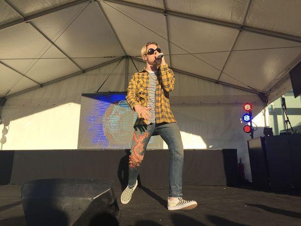 Turnauksena avajaisten osallistujia viihdytti 18-vuotias laulaja Lucas.